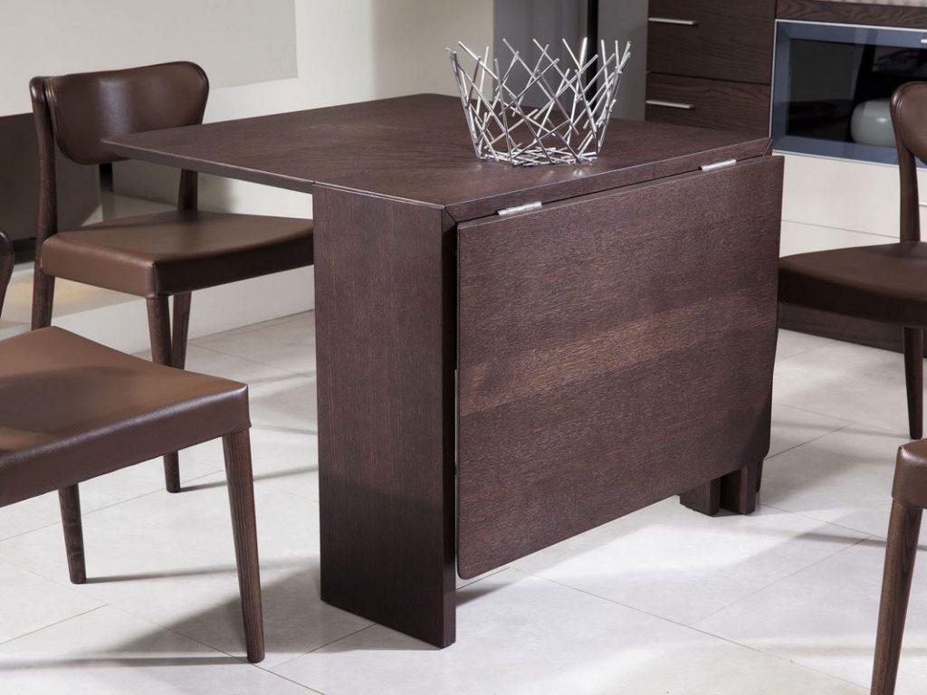 میز تاشوی قهوهای رنگ به همراه یک سبد میوه و چهار صندلی