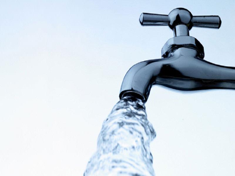 نمایی از شیر آب که شیر آن باز است که نیاز به صرفه جویی آب دارد
