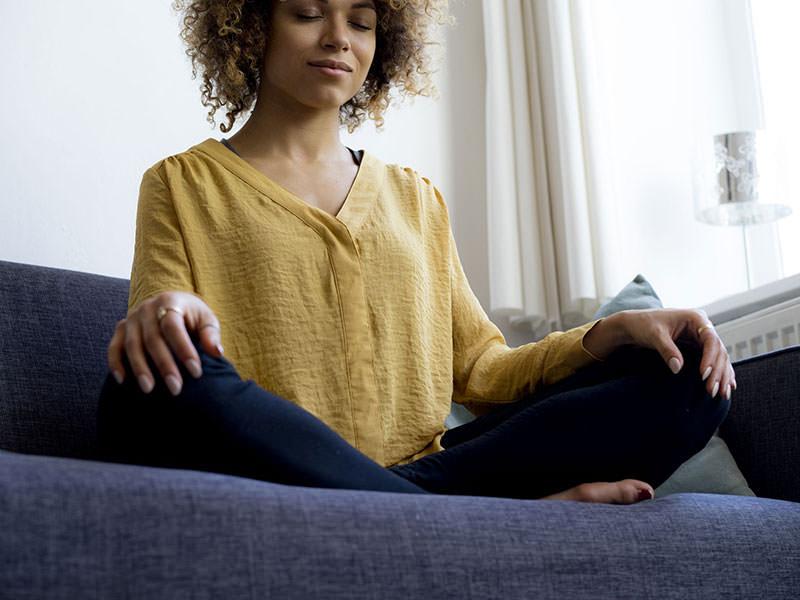 مدیریت اضطراب در کرونا با ورزش کردن و کار کردن یوگا