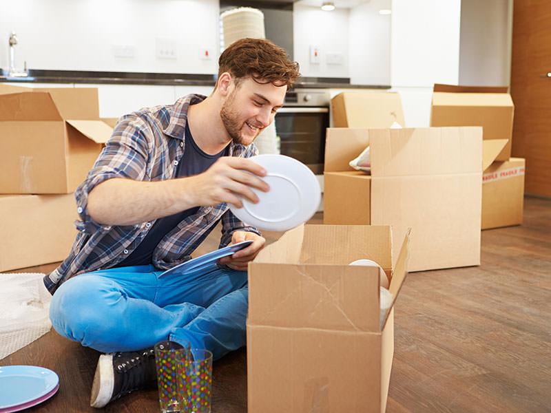 مردی خوشحال در حال جمع کردن وسایل