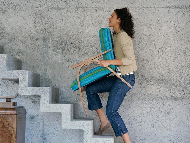 حمل مبل سنگین به تنهایی در راه پله