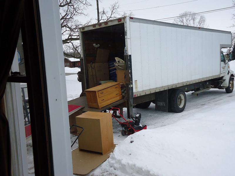 کامیون باربری در میان برفها